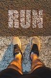Vue personnelle d'un coureur sur la rue image libre de droits