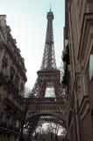 Vue peu commune à Tour Eiffel Premier ressort à Paris La ville des histoires d'amour Visite touristique Images stock