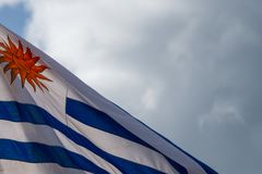 Vue peu commune de drapeau uruguyan coupant diagonalement à travers le cadre photographie stock libre de droits