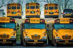 Vue peu commune garée d'autobus scolaires jaunes Photos libres de droits