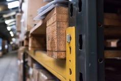 Vue peu profonde de foyer du défilement ligne par ligne industriel en métal vu dans un entrepôt de distribution photographie stock libre de droits