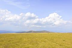 Vue pittoresque de lumière du jour aux montagnes rocheuses Photos libres de droits