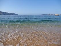 Vue pittoresque de plage sablonneuse au paysage de baie de la ville d'ACAPULCO au Mexique, vagues de l'océan pacifique photographie stock libre de droits