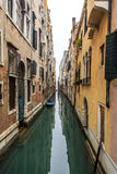 Vue pittoresque des gondoles sur le canal étroit latéral, Venise, Italie Images libres de droits