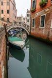 Vue pittoresque des gondoles sur le canal étroit latéral, Venise, Italie Photos stock