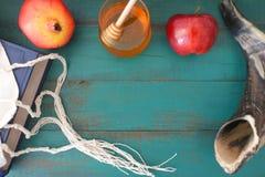 Vue plate de configuration de miel de pomganet de tallit de livre de Torah et de dos de pomme Images stock