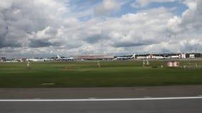 Vue plate de fenêtre pendant l'ensemble de vitesse avant décollage Sheremetyevo, Moscou, Russie clips vidéos