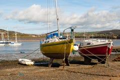 Vue plus large à marée basse rouge et jaune de bateaux de pêche Images libres de droits