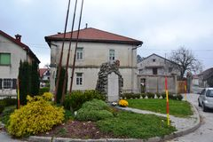Vue Postojna, burjaka de village de Razdrto Slovénie de vent de région de Nanos Notranjska de bâti Image libre de droits