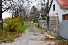 Vue Postojna, burjaka de village de Razdrto Slovénie de vent de région de Nanos Notranjska de bâti Images libres de droits