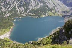 Vue pour noircir l'étang des Tatra-montagnes Image libre de droits