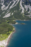 Vue pour noircir l'étang des Tatra-montagnes Photos stock