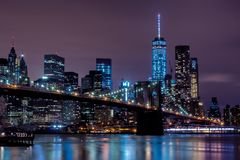 Vue pourpre de coucher du soleil de pont de Brooklyn et d'horizon inférieur de Manhattan Photo stock