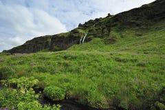 Vue près de cascade à écriture ligne par ligne Skogafoss, Islande Image libre de droits