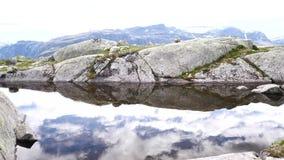 Vue près de Trolltunga au fjord et à l'eau banque de vidéos
