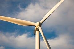 Vue proche de turbine de vent au coucher du soleil Images libres de droits