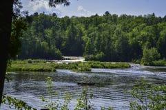 Vue profonde à la rivière image stock