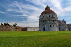Vue quotidienne de stupéfaction au baptistère de Pise, à la cathédrale de Pise et à la tour de Pise photo libre de droits