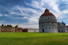 Vue quotidienne de stupéfaction au baptistère de Pise, à la cathédrale de Pise et à la tour de Pise photographie stock