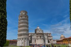 Vue quotidienne de stupéfaction au baptistère de Pise, à la cathédrale de Pise et à la tour de Pise photos stock