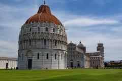 Vue quotidienne de stupéfaction au baptistère de Pise, à la cathédrale de Pise et à la tour de Pise photo stock