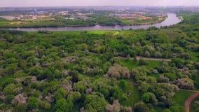 Vue régionale de parc avec la rivière clips vidéos