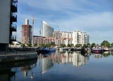 Vue reflétée par quartiers des docks Photos libres de droits