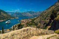 Vue renversante de baie de Kotor, Monténégro, regardant vers le bas du haut des ruines de château photos libres de droits