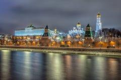 Vue renversante de nuit de Kremlin pendant l'hiver, Moscou, Russie Photographie stock libre de droits