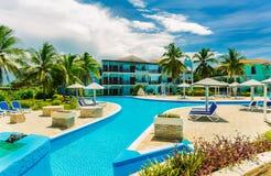 Vue renversante des au sol coloniaux d'hôtel, de la belle piscine de invitation et des rétros bâtiments élégants sur le ciel bleu Photo stock