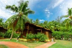 Vue renversante des au sol d'hôtel avec le pavillon confortable, maisons confortables se tenant près du secteur de plage Image stock