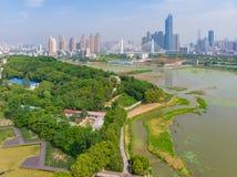 Vue a?rienne au-dessus de parc de lac moon au printemps, Wuhan, Hubei, Chine photo libre de droits