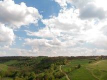 Vue a?rienne d'un canyone de campagne, avec le chemin de terre et la colline verte d'?t? par le bourdon, belle conception de l'av photos libres de droits