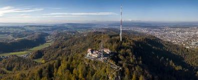 Vue a?rienne d'un train rouge croisant le viaduc de Landwasser dans les Alpes suisses images libres de droits