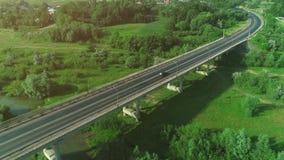 Vue a?rienne d'une route ? grand trafic de pont avec les voitures mobiles croisant un marais avec l'eau et la vall?e 4K banque de vidéos