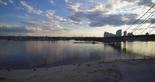 Vue a?rienne de bourdon de chaland de p?niche sur le coucher du soleil de Dniepr Dnipro Kiev Ukraine de rivi?re clips vidéos