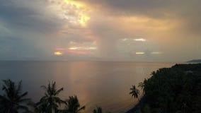 Vue a?rienne de bourdon d'aube du soleil au-dessus de la mer par des palmiers sur la plage, Bali, Indon?sie banque de vidéos