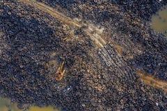 Vue a?rienne de d?charge de pneu Catastrophe environnementale Vieille excavatrice jaune image stock