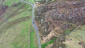 Vue aérienne de la conduite à la tête de Crohy au sud de Dungloe, comté le Donegal - Irlande banque de vidéos
