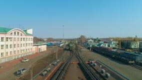 Vue a?rienne de la ville Le b?timent de la gare ferroviaire D?p?t de train avec des trains banque de vidéos