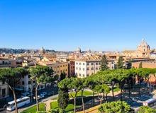 Vue a?rienne de la ville Rome Italie de monument de Vittorio Emanuele II en hiver 2012 Beaux pins en pierre italiens images libres de droits