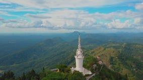 Vue a?rienne de temple d'Ambuluwawa au Sri Lanka, beau paysage avec les montagnes vertes banque de vidéos