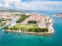 Vue a?rienne de vieux Trogir touristique, de ville historique sur une petits ?le et port sur la c?te adriatique en Fente-Dalmatie images stock