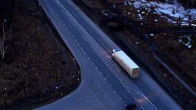 Vue a?rienne du camion qui monte sur un ?change ?norme au coucher du soleil clips vidéos