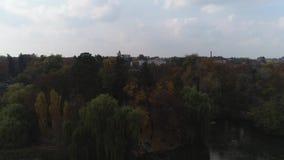 Vue a?rienne du parc national Sofiyivka de Dendrological dans Uman, Ukraine Longueur de bourdon 4K banque de vidéos