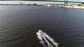 Vue a?rienne du plaisir p?chant le bateau le fleuve Delaware Philadelphie de vitesse banque de vidéos