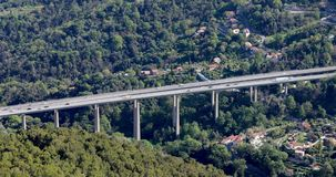 Vue a?rienne du trafic de voitures sur un pont en route avec des piliers banque de vidéos