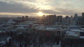 Vue a?rienne idyllique des b?timents, du parc et de l'?glise modernes de ville au coucher du soleil en hiver action Paysage d'hiv clips vidéos