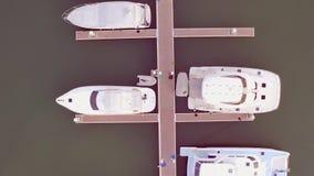 Vue a?rienne par le bourdon du club de yacht et de la marina Vue sup?rieure de club de yacht Bateaux blancs en eau de mer Yachts  clips vidéos