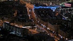 Vue a?rienne statique - le trafic de voitures rapide ? la rue de ville de nuit banque de vidéos